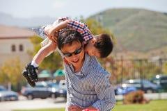 Il padre ed il figlio hanno divertimento Fotografie Stock