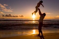 Il padre ed il figlio hanno grande tempo sulla spiaggia fotografia stock