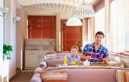 Il padre ed il figlio hanno una cena in ristorante Fotografie Stock Libere da Diritti