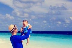 Il padre ed il piccolo divertimento della figlia sulla spiaggia vacation Fotografia Stock Libera da Diritti