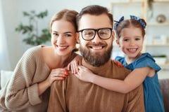 Il padre felice allegro ed il bambino della madre della famiglia prendono i selfies, prendono le immagini fotografia stock libera da diritti