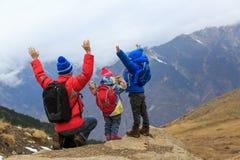 Il padre felice con due bambini viaggia in montagne sceniche Immagine Stock Libera da Diritti