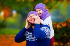 Il padre felice ed il figlio che giocano in autunno parcheggiano fotografie stock