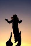 Il padre getta il suo bambino infantile Fotografie Stock