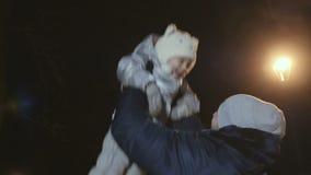 Il padre getta sulla sua figlia ai precedenti della lampada video d archivio