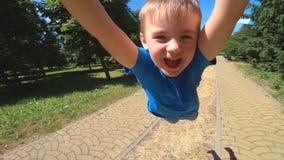 Il padre gira il figlio intorno Il ragazzo ha emozioni allegre e felici stock footage