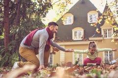 Il padre ha gioco con la figlia Fotografie Stock