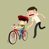 Il padre insegna al figlio a guidare una bici Fotografia Stock Libera da Diritti