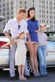 Il padre, la madre ed i bambini si levano in piedi l'automobile vicina Fotografia Stock Libera da Diritti