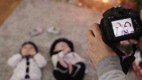 Il padre prende i bambini delle immagini archivi video