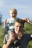 Il padre sta camminando con il bambino Immagine Stock