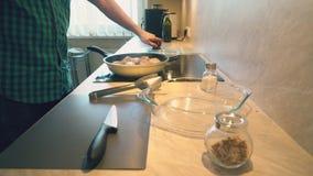 Il padre sta cucinando le bacchette di pollo per i suoi bambini per la cena stock footage