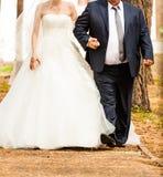 Il padre sta prendendo la sua giovane figlia felice alla moda Fotografia Stock