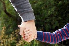 Il padre tiene la mano della figlia Immagini Stock