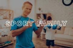 Il padre And un figlio sta facendo gli sport Contenitore di vitamina fotografia stock libera da diritti