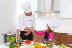 Il padrone del cuoco unico e l'allievo minore scherzano la stretta di mano della ragazza Fotografia Stock Libera da Diritti