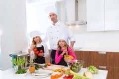 Il padrone del cuoco unico e l'allievo minore scherzano le ragazze a cucinare la scuola Immagine Stock Libera da Diritti