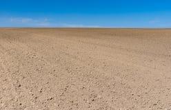 Il paesaggio agricolo della primavera con suolo ha preparato per la semina dei raccolti fotografia stock libera da diritti