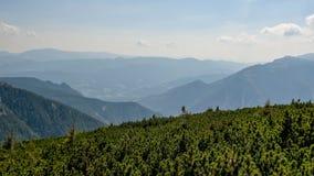Il paesaggio alpino austriaco della montagna un giorno nebbioso di autunno fotografia stock libera da diritti