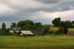 Il paesaggio alpino rurale con il villaggio sloveno in valle vicino ha sanguinato il lago al giorno soleggiato della molla sloven Fotografia Stock Libera da Diritti