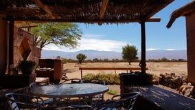Il paesaggio arido e desolato del deserto di Atacama con i picchi dei vulcani nevosi delle Ande Cordigliera fotografia stock