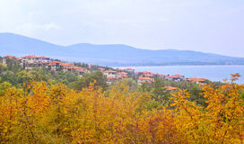 Il paesaggio bulgaro del mare della cittadina quasi con le montagne appoggia immagini stock libere da diritti