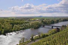 Il paesaggio ceco con il fiume europeo Labe e Josef Straka getta un ponte su una volta osservato dall'allerta nella città di Meln Immagini Stock