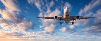 Il paesaggio con l'aeroplano bianco del passeggero sta volando immagini stock libere da diritti