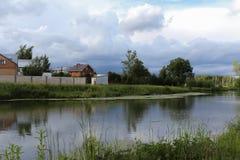 Il paesaggio con un lago Immagini Stock