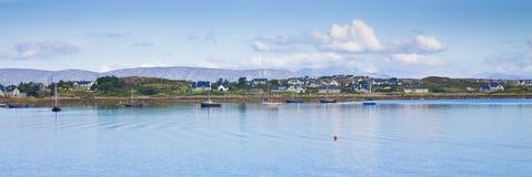 Il paesaggio costiero irlandese con il ` tipico s dei pescatori alloggia l'ara Fotografia Stock Libera da Diritti