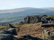 Il paesaggio dei bridestones attracca in West Yorkshire con gli affioramenti di gritstone circondati dalle colline un giorno sole immagini stock