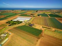 Il paesaggio dei campi agricoli si avvicina alla linea costiera dell'oceano in Australia Immagini Stock