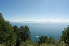 Il paesaggio del Baikal con una barca Fotografia Stock Libera da Diritti