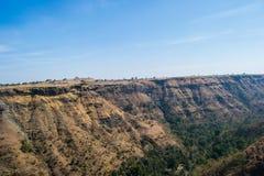 Il paesaggio del canyon del burrone con cielo blu ha sparso Forest Trees fotografia stock