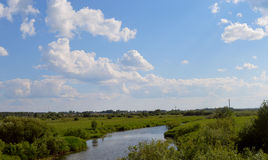 Il paesaggio del cielo si appanna la fienarola dei prati del fiume del campo della casa del villaggio di mattina della natura del Immagini Stock