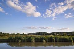 Il paesaggio del fiume in campagna con cielo blu ha riflesso nel wat Fotografia Stock