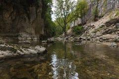 Il paesaggio del fiume in Genga, vicino a Frasassi scava Fotografia Stock