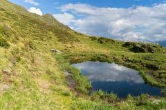 Il paesaggio del lago mountain nelle alpi di Europa Tirolo viaggia fotografia stock libera da diritti
