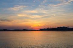 Il paesaggio del mare e l'alba dietro la montagna a bophut tirano il samui in secco Fotografia Stock