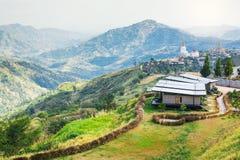 Il paesaggio del tample domestico del villaggio e di soggiorno sopra la montagna rivaleggia Fotografia Stock Libera da Diritti