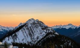 Il paesaggio del tramonto di neve ha ricoperto le montagne rocciose canadesi a Banff fotografia stock