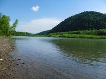 Il paesaggio delizioso del fiume Tibisco Tisa della montagna nelle vicinanze di Khust in Transcarpathia, Ucraina immagine stock libera da diritti