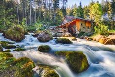 Il paesaggio dell'Austria con la cascata ed il mulino a acqua vicino a Salisburgo, vanno Fotografie Stock