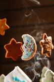Il paesaggio dell'inverno con le case dei biscotti e gli alberi di Natale moon le stelle Fotografia Stock
