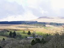 Il paesaggio dell'inverno di un'azienda agricola della regione selvaggia di Lingua gallese nel brecon guida Fotografia Stock Libera da Diritti