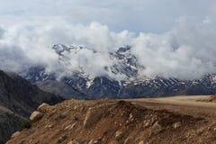 Il paesaggio della montagna con neve alza con neve e le nuvole di fusione Immagini Stock Libere da Diritti