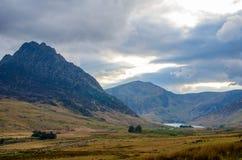 Il paesaggio della montagna del parco nazionale di Snowdonia sotto un cielo nuvoloso Fotografia Stock Libera da Diritti