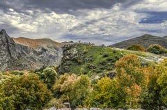 Il paesaggio della montagna nel giorno di autunnoe pesante, hurricanesi appanna Immagini Stock Libere da Diritti