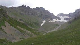 Il paesaggio della montagna, nuvole riguarda i picchi video d archivio