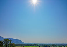 Il paesaggio della natura con la foresta verde, la montagna ed il sole si accendono in cielo blu, Tailandia - fuoco selettivo Fotografia Stock